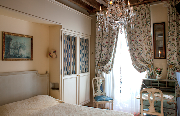 This romantic chambre in Hotel Caron de Beaumarchais will certainly do.
