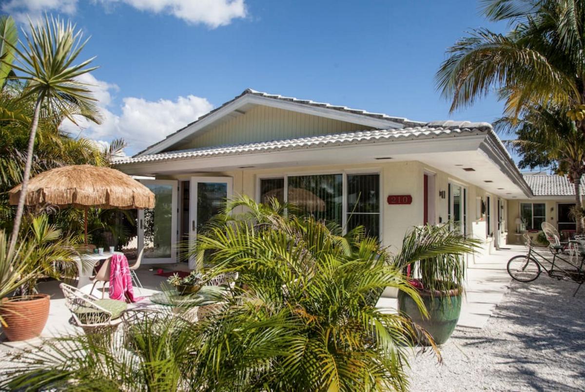 best airbnb beach house summer rentals in 2017 verily. Black Bedroom Furniture Sets. Home Design Ideas